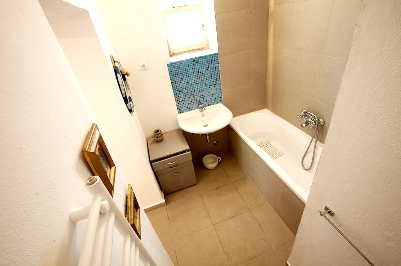 Ensuite bathroom to one of the downstairs bedrooms.