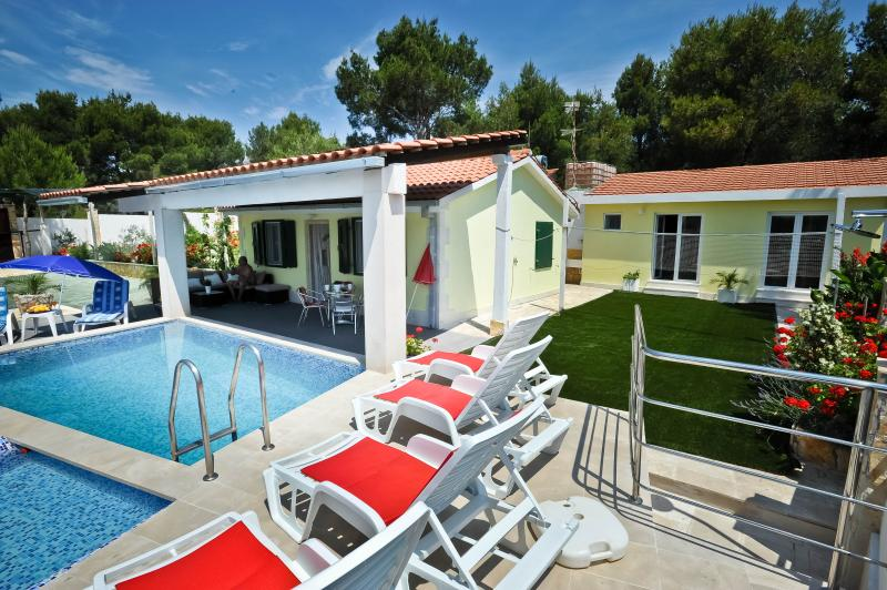 Holiday house with private pool 200m from sea