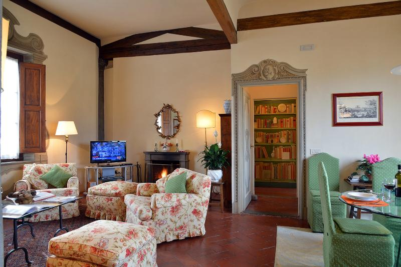 Apartment Center Florence - Piazza Santa Croce - Fiesole, vacation rental in Florence
