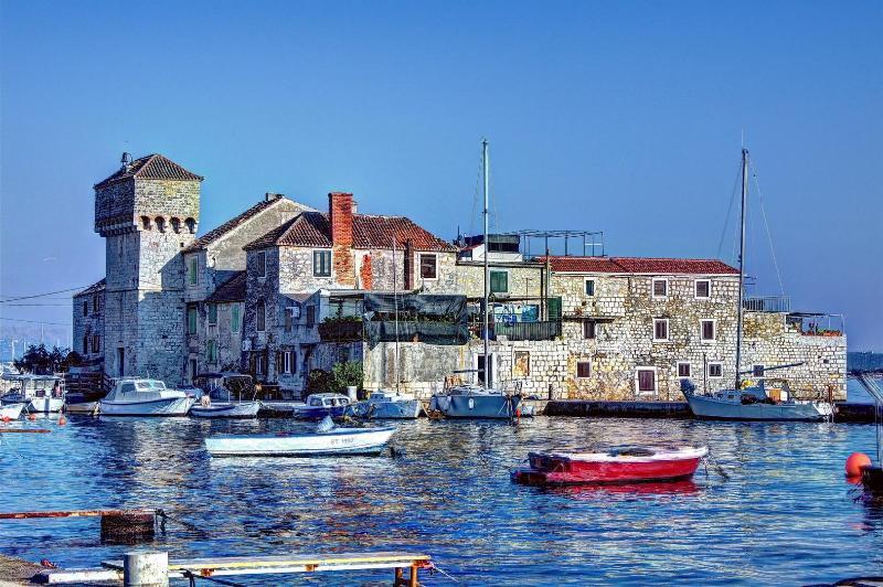 Great Stone House near Split - A4+2, location de vacances à Kastel Sucurac