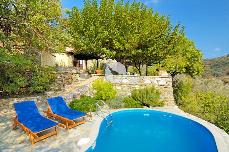 MULBERRY TREE COTTAGE, WITH PRIVATE POOL AND VALLEY VIEWS, A PERFECT ESCAPE, aluguéis de temporada em Sporades
