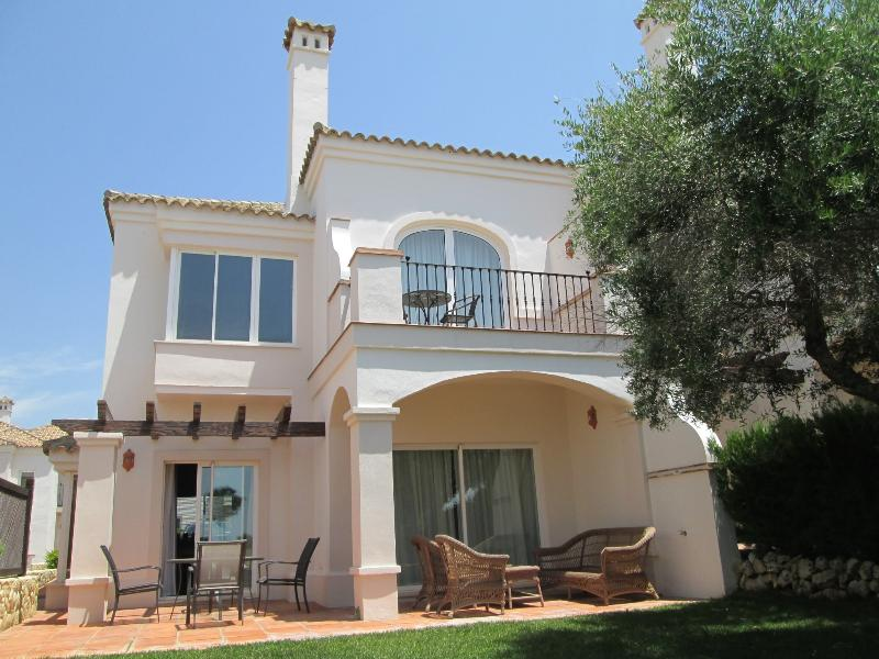 Stylish 2 bedroom townhouse in a secure gated community on golf course in Arcos, holiday rental in Arcos de la Frontera