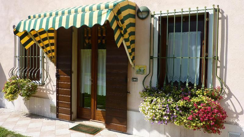 Appartamento a piano terra con ampio giardino, vacation rental in Valeggio Sul Mincio