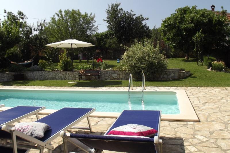 Villa Elda in sasso con piscina ,jacuzzi e grande giardino per famiglie, animali, casa vacanza a Motovun