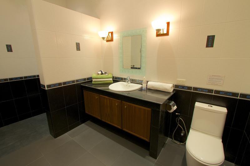 Camera da letto 3 ampio bagno con grande doccia.