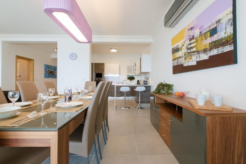Salle à manger et des chaises pour 8 personnes