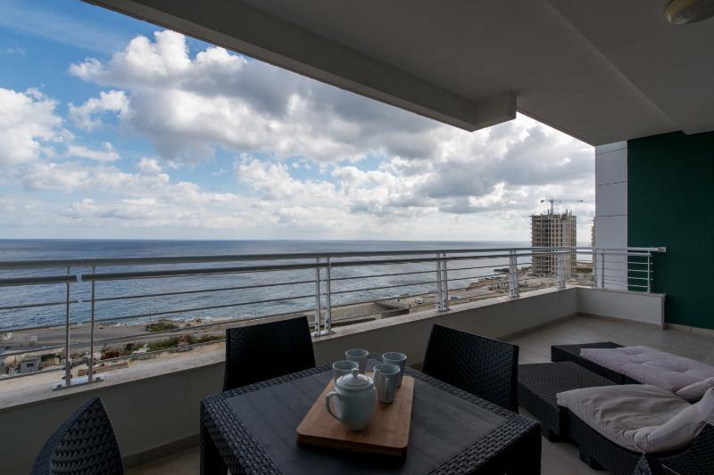 Grande terrasse de 30 m2 avec vue sur la mer et plein air meubles