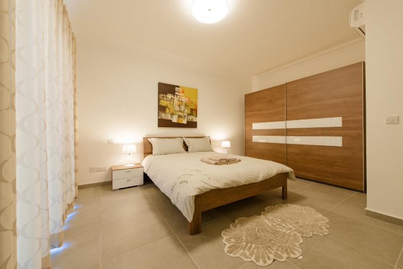 Chambre 1 avec lit double et salle de bain