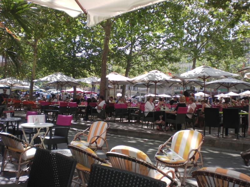 Place Carnot, avec cafés, restaurants et magasins à seulement quelques minutes de l'hôtel