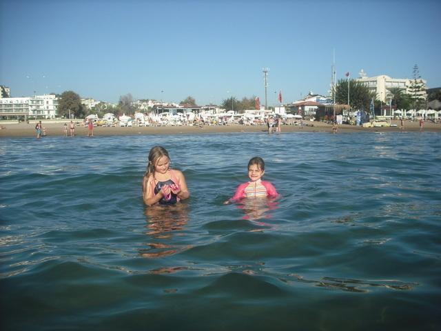 As águas calmas e rasas, areias sob os pés, torná-lo perfeito para crianças e não nadadores