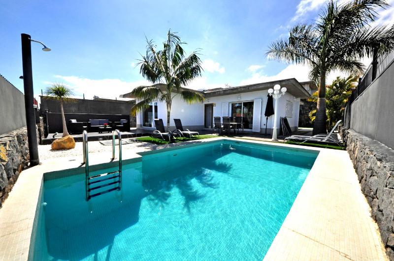 MAY SPECIAL PRICE Luxury Modern VILLA,HEATED POOL, WIFI, BBQ, TEIDE VIEWS., holiday rental in Puerto de la Cruz