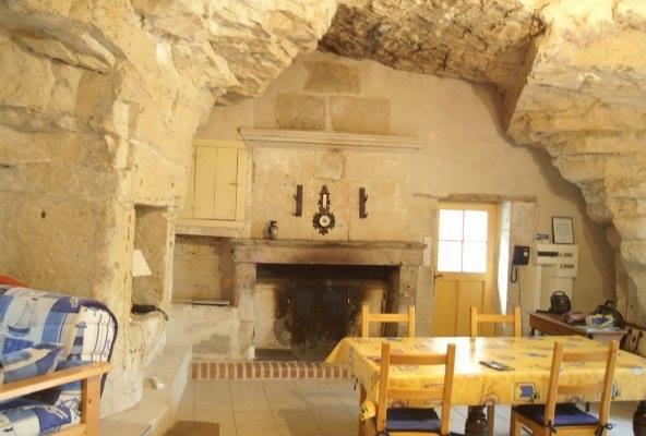 Salle de séjour avec cheminée fonctionnelle orientée plein sud, Très lumineuse