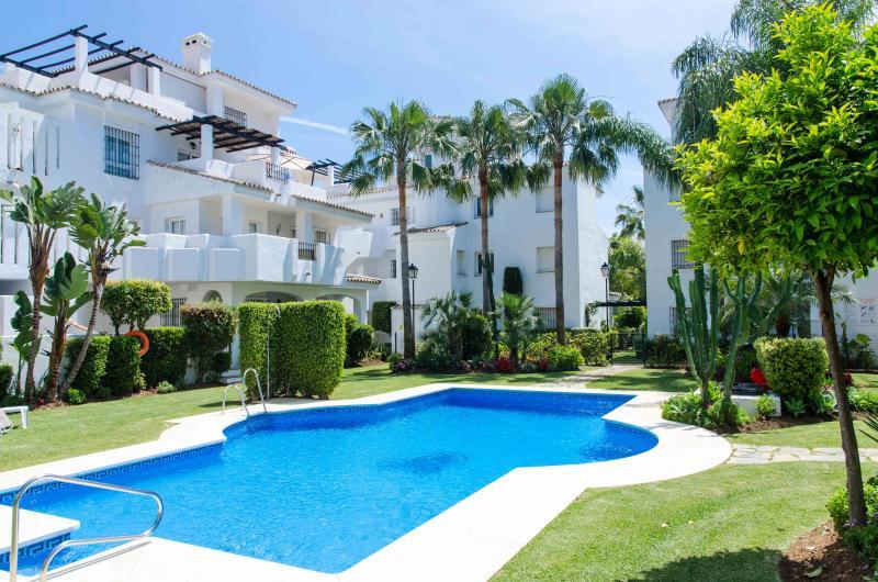 Apartamento dúplex con solarium en Puerto Banús, location de vacances à Nueva Andalucia