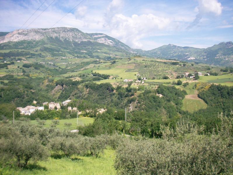 Casa nella campagna pescarese con ampio giardino -, alquiler vacacional en Calascio