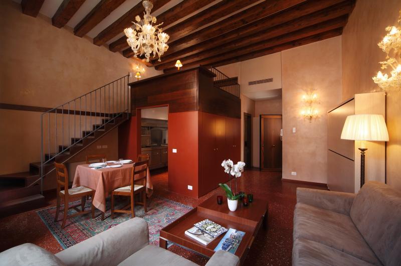 54 Loft Venice - Central Romantic with Canal View – semesterbostad i Venedig