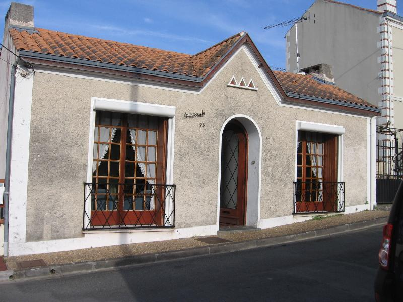 La façade : entrée, séjour et chambre 1