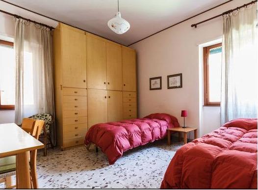 stanza da letto con due letti singoli che possono diventare matrimoniali