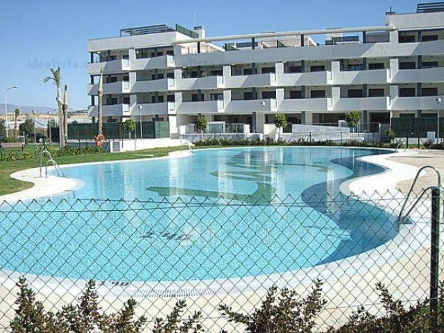 Fachada del edificio con 2 piscina (para niños y mayores)