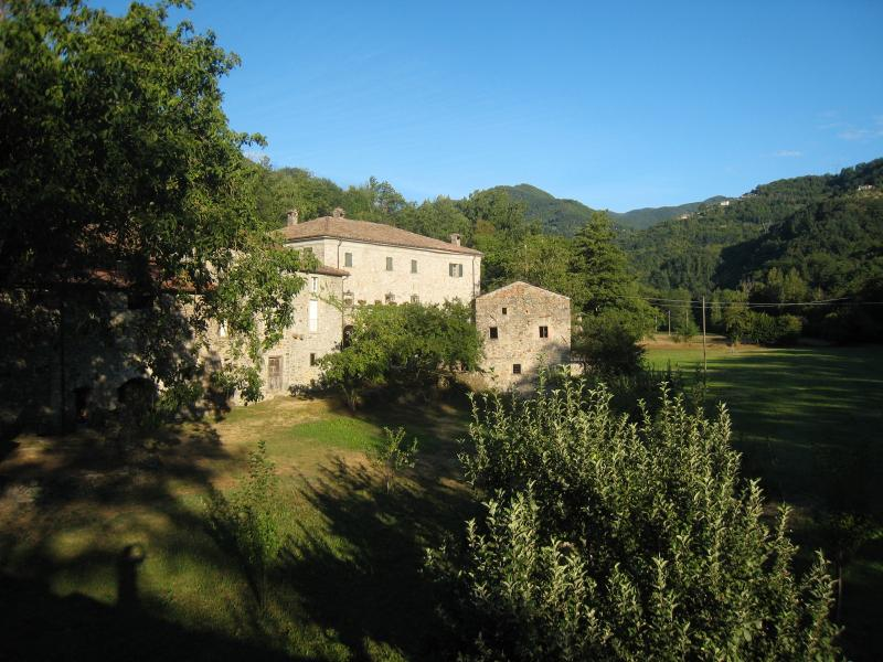 Property is the villa and a group of farm buildings in the pretty Gordana valley