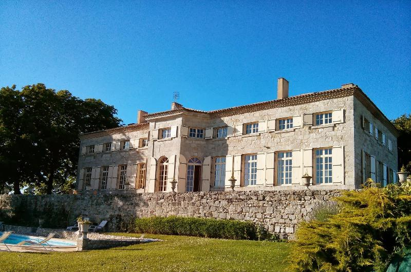 Charming Ancient property from the 17th, 16 people, 6 bedrooms, pool, billiards, Ferienwohnung in Saint Colomb de Lauzun