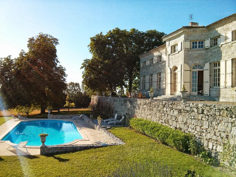 Charming Mansion, Great Pool, vacation rental in Miramont-de-Guyenne