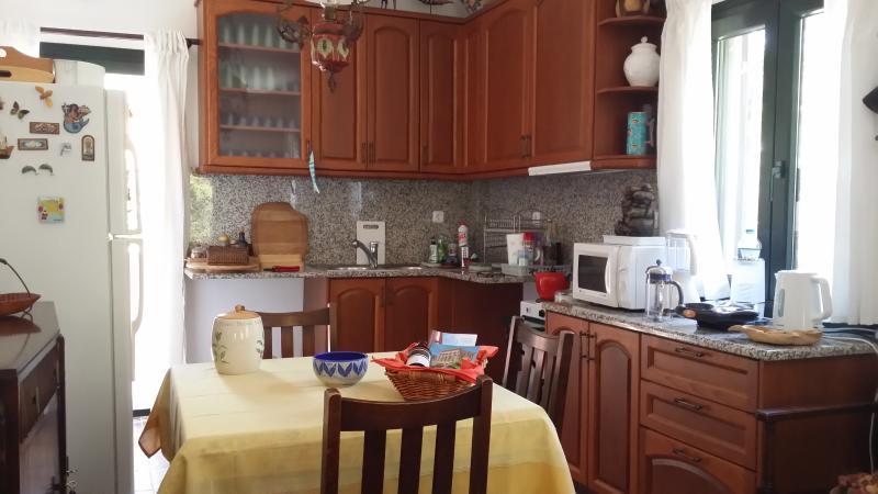 La cuisine et la salle à manger à l'intérieur.