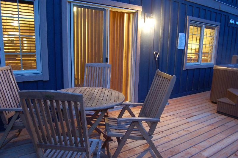 POWDER ROOM: Walking distance to ski-in ski out trails