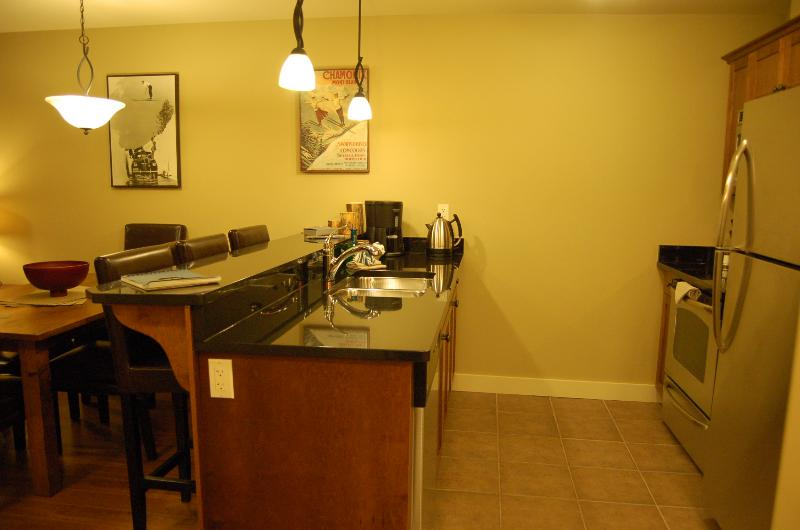 POWDER ROOM : Fully equipped kitchen and laundry facilities