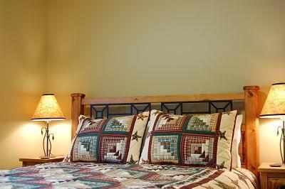BEAR'S DEN : Enjoy a comfortable queen size bed with down duvet