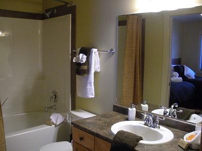 WINDFALL LODGE: Full bathroom with fluffy towels and top quality toiletries