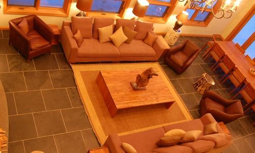 GRAND CHALET GRIZZLI : Living Room Area with fireplace and plasma TV