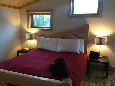 Blaeberry Gorge Alpine Ranch: Snuggle into this queen sized bed, truly luxurious comfort topped off by a fluffy duvet...a great spot for breakfast in bed!