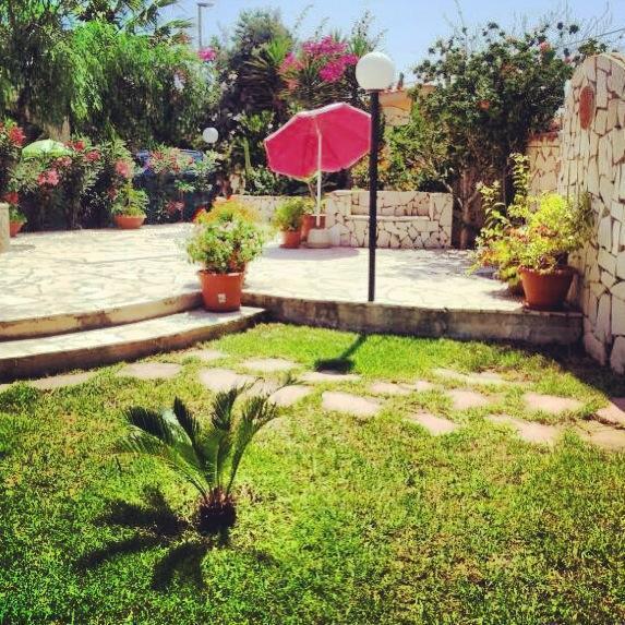 angolo giardino villetta