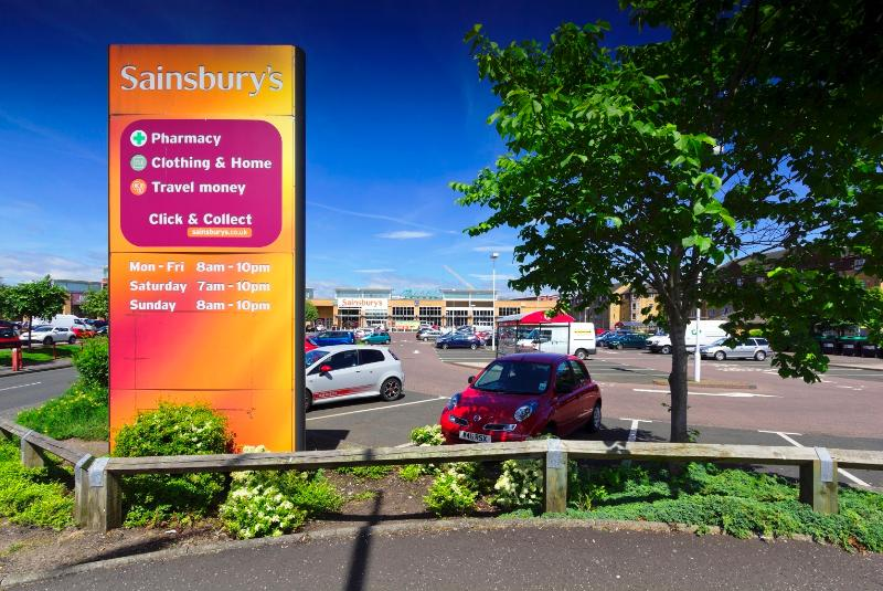 A shopping center with a big supermarket open 7 days a week is located 2 walking minutes away