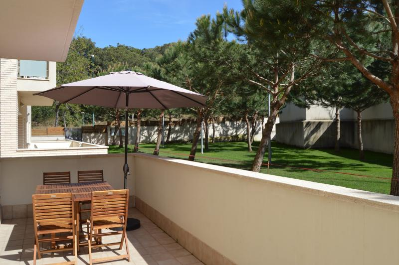 Terraza amplia para comer al aire libre, con acceso al jardín y a la piscina comunitaria