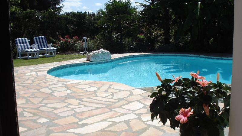 villa avec piscine près golfs, holiday rental in Bassussarry