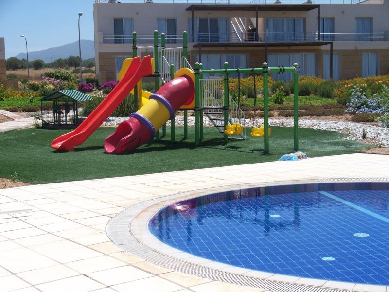 Area giochi per bambini presso la piscina centrale