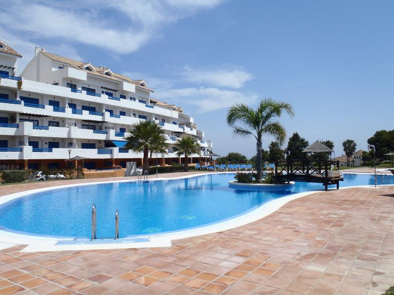 Duquesa Suites Apartment, holiday rental in Pueblo Nuevo de Guadiaro