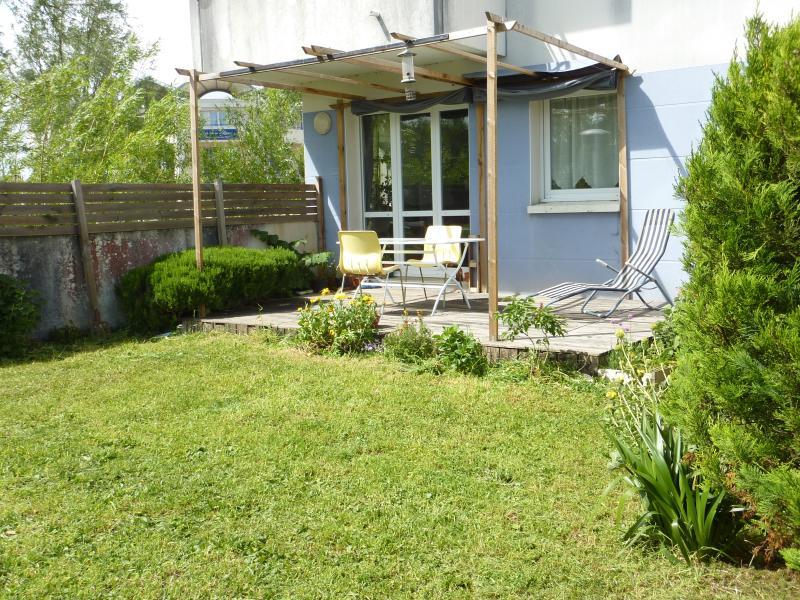Terrasse bien exposée et jardin privatif clôturé. (sun terrace and private garden)
