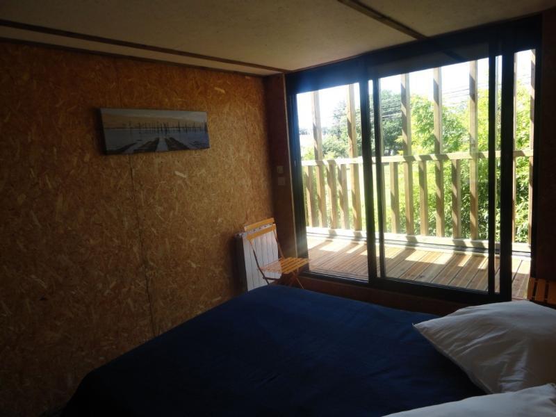 chambre avec grand lit et vue sur le balcon