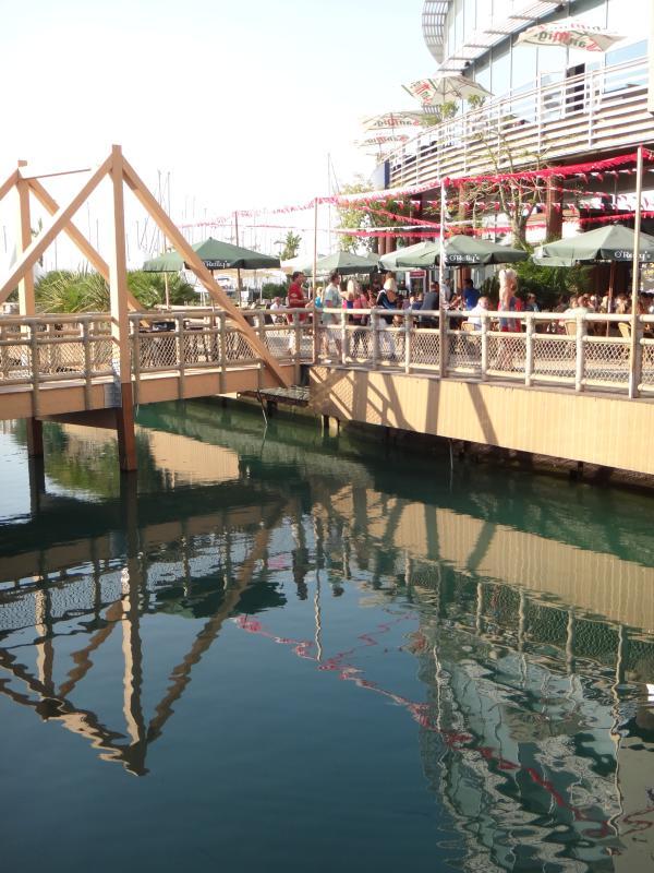 Ocean Village Marina con bares y restaurantes