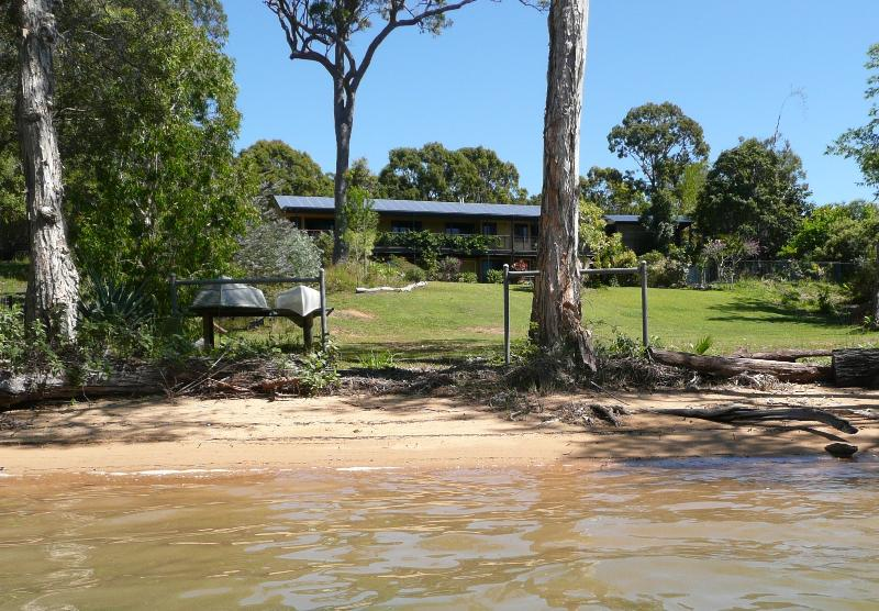Macleay Island Beachfront 2 bdrm Apartment, Pool, RC Aircon, spas. canoe, Bikes, holiday rental in Macleay Island