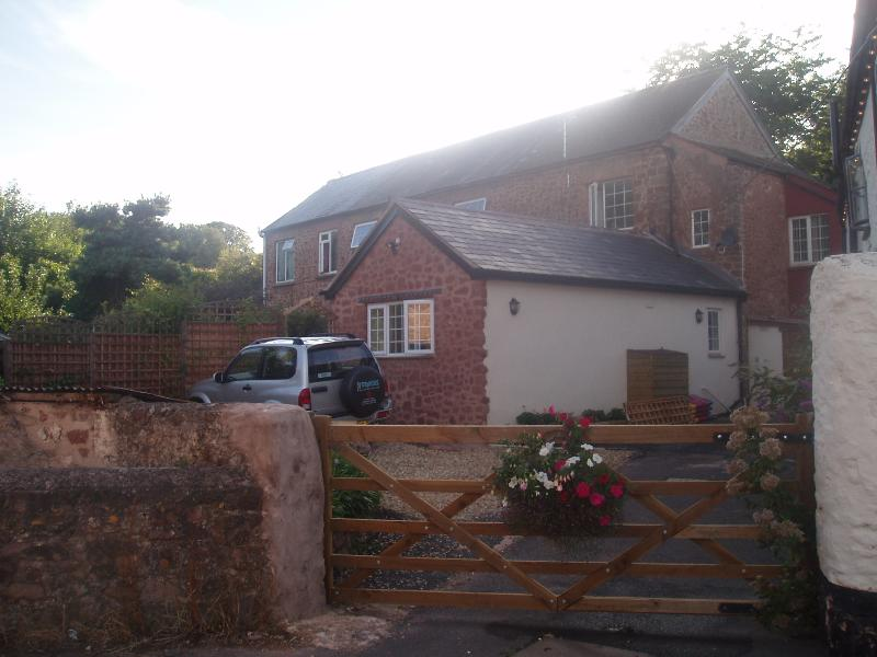 WHITE HORSE COTTAGE - 3 BED COACH HOUSE WITH 2 BATHROOMS