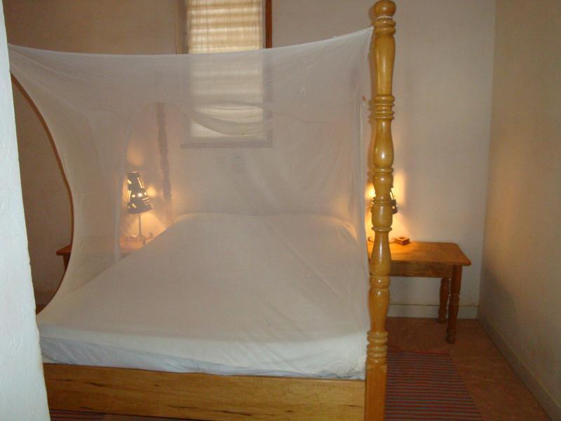 chambre double lit:moustiquaire