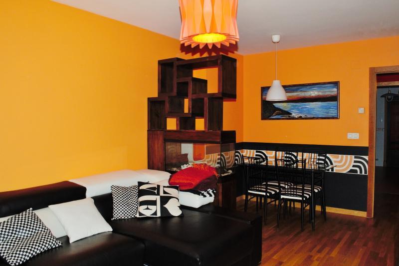 Coruña - Apartamento con garaje a 4 km de la playa, alquiler vacacional en Culleredo