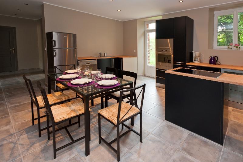 Cuisine family-room pour des dîners en famille ou entre amis