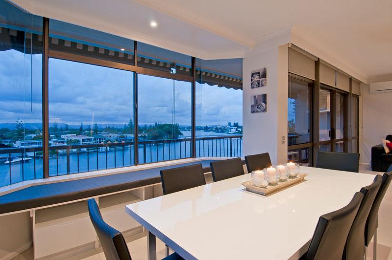 Sala de jantar para 8 e sala para 3 sobre o pequeno-almoço adjacente bar tudo enquanto aprecia a vista pura