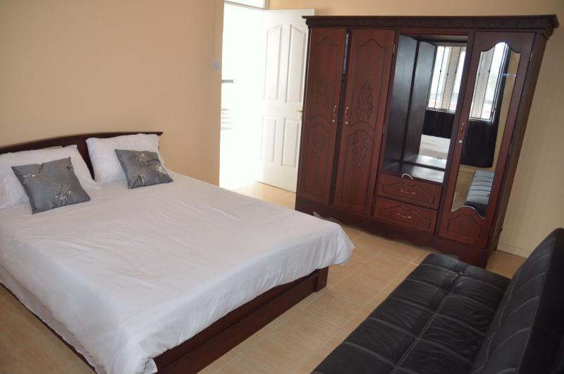 Quarto com cama queen size, localizado no andar de cima