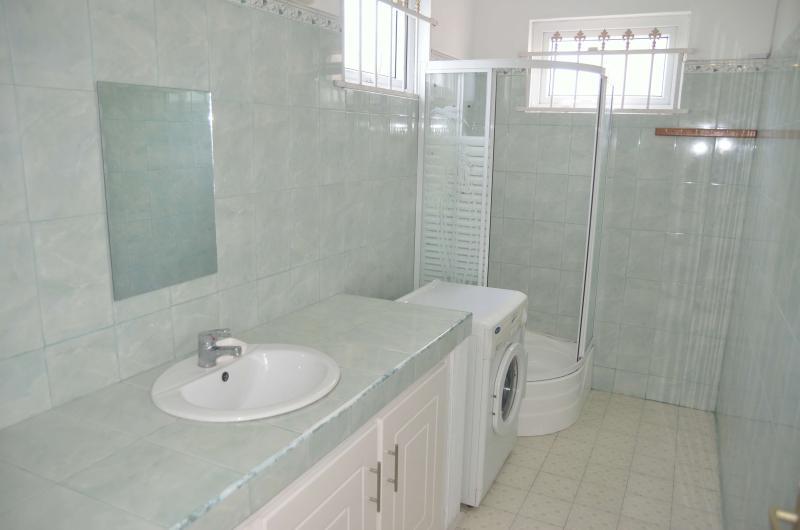Banheiro limpo e brilhante, localizado no andar de cima