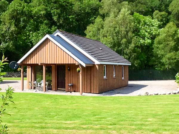 STONE WATER, lovely lochside location, WiFi, fishing available, child-friendly, vacation rental in Contin